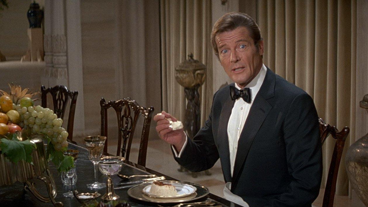 Bond ha licenza di uccidere, ma non di abbuffarsi. Danilo Villani ci racconta il rapporto con il cibo di 007 nei romanzi di Ian Fleming.