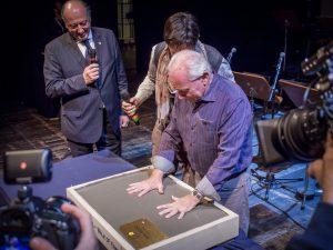 A Lucca la prima la Walk Of Fame con i calchi delle mani di artisti ed autori